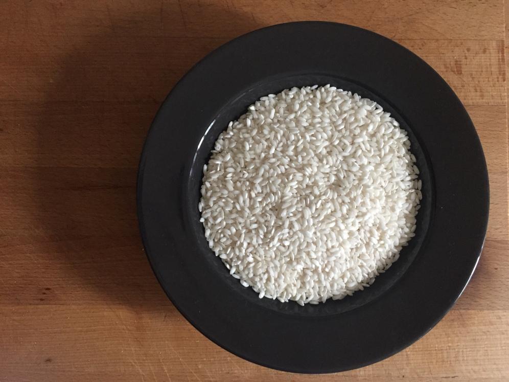 riso carnaroli,È un riso a grano lungo, (ideale per il risotto in quanto ha consistenza variabile, nella cottura perde facilmente amido e quindi, risultando abbastanza colloso, assorbe meglio i condimenti)