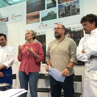 L'organizzazione dell'evento e trova l'intruso: Da sinistra lo chef Enrico Bergonzi, il sindaco di Colorno Michela Canova, L'INTRUSO e lo chef Cristian Broglia