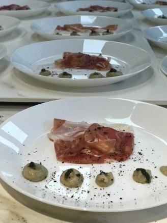 il piatto presentato da Isabella Chiussi, Osteria Bistro, crudo di 24 mesi con caprino e melanzane lavorate.