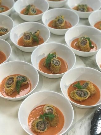 Il piatto meraviglioso di Maria Amalia Anedda, roll di crudo su gazpacho di pomodoro