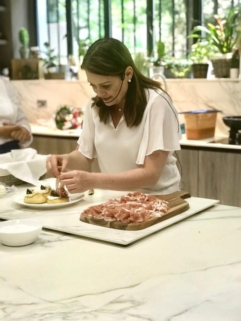 La padrona di casa, Sonia Peronaci, alla preparazione delle splendide focaccine con crudo, fichi, miele ed una sorpresa...seguitela sul suo blog per la ricetta.